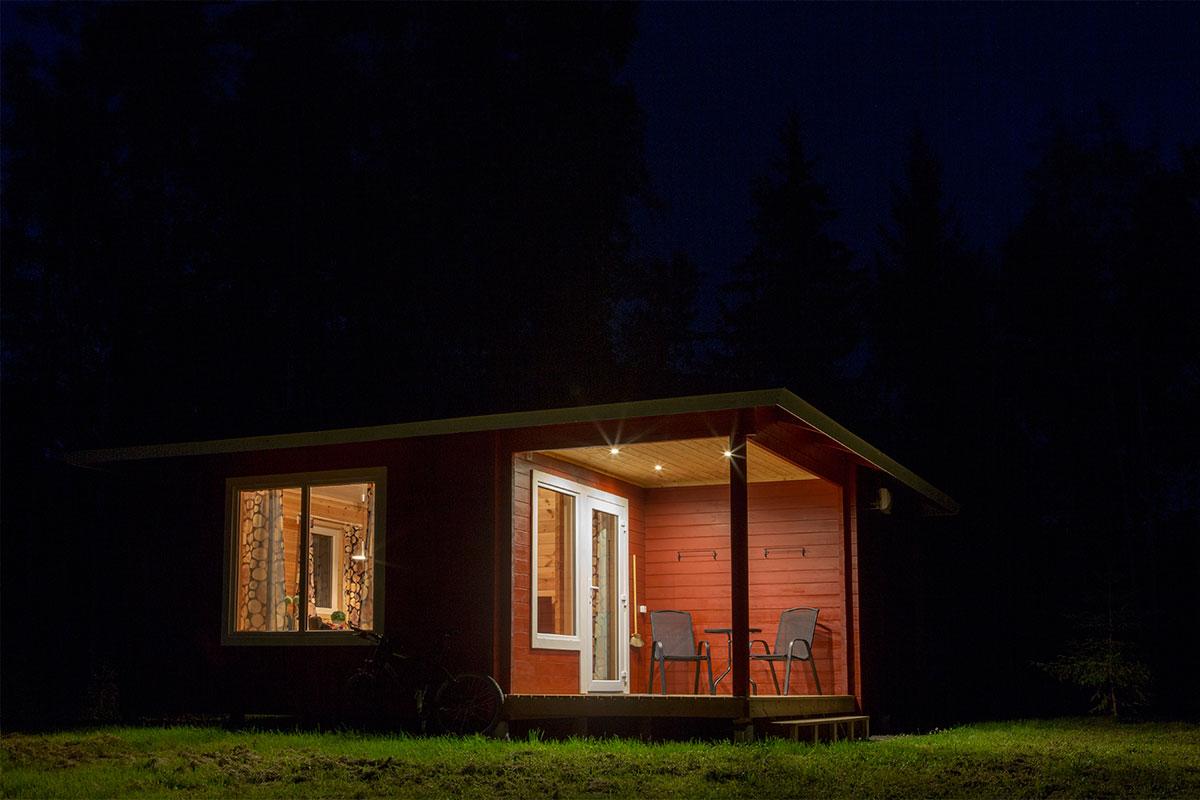 Kvällsbeljusning stuga Hamgården